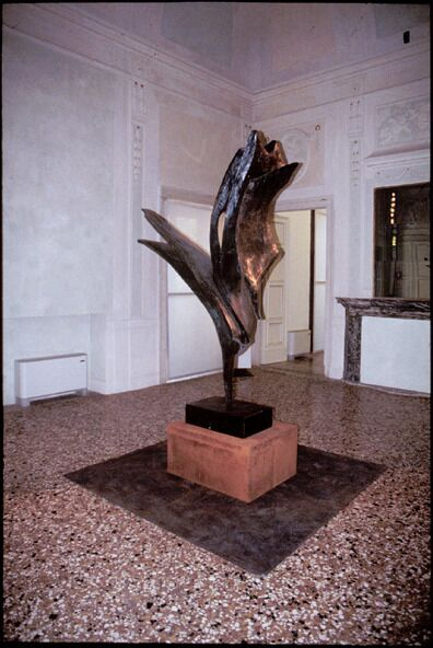Forme in volo, or Forme plastiche in volo, 1962, bronze, 250 x 130 x 130 cm. Collection of the artist; Sandro Miller, Chicago, IL, USA; and the Università degli Studi di Parma, Centro Studi e Archivio della Comunicazione (CSAC), Parma, Italy, 2009
