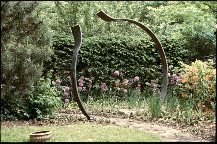 Anello nel tempo, 2001, bronze, 243.8 x 243.8 x 15.8 cm. Collection of Paul and Mia Levy, Chicago, IL, USA.