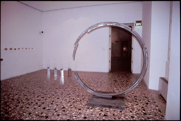 Cerchio in formazione, or Formation of a Circle, 1985–2003, stainless steel, 220 x 220 x 10 cm. Collection of the artist.