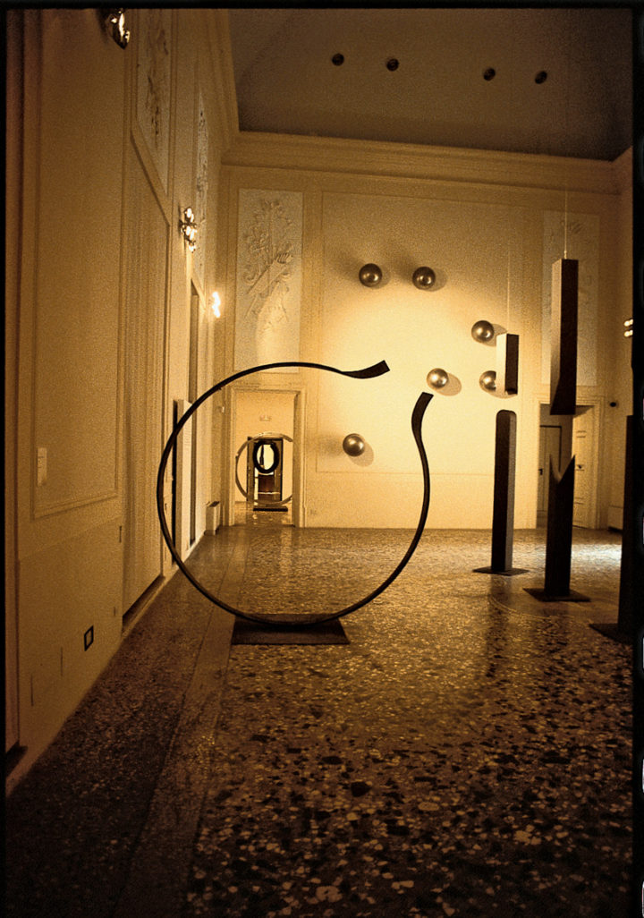 Anello aperto, 2001–2003, painted Steel, 248 x 246 x 15 cm. Collection of the artist.