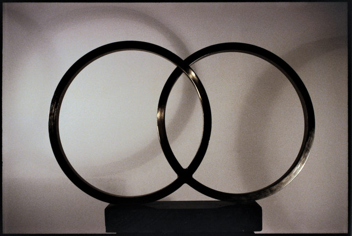 Due cerchi, 1998, steel and marble, 58.4 x 83.8 x 10.2 cm. Collection of the artist