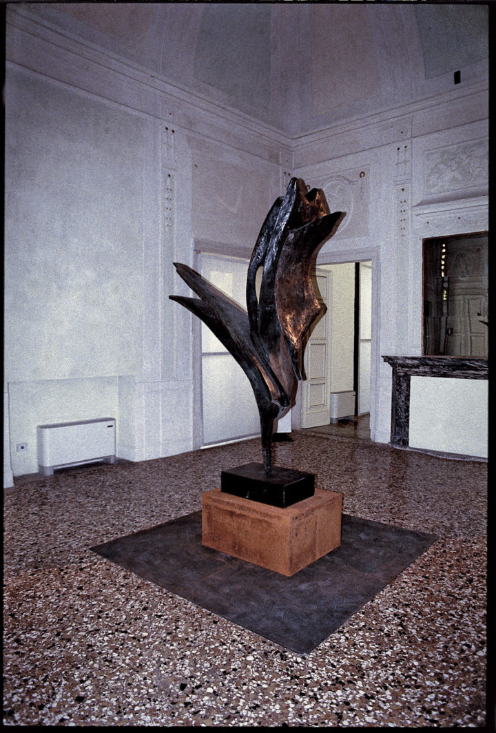 Forme in volo, or Forme plastiche in volo 1962, bronze, 250 x 130 x 130 cm. Collection of the artist; Sandro Miller, Chicago, IL, USA; and the Università degli Studi di Parma, Centro Studi e Archivio della Comunicazione (CSAC), Parma, Italy, 2009