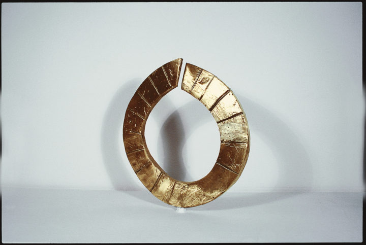 Open Circle, 1986, Bronze, 28 x 25.4 x 2.5 cm. Private collection.