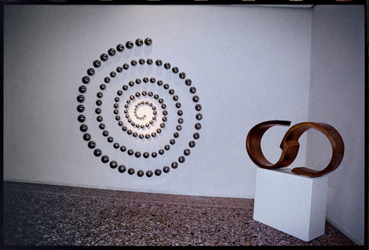 Spirale di sfere, 1987-2003, Stainless Steel, 300 x 300 x 23 cm. Collection of the artist.